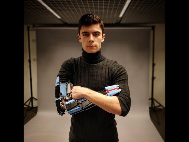 Chàng trai có cánh tay của Người Sắt - 1