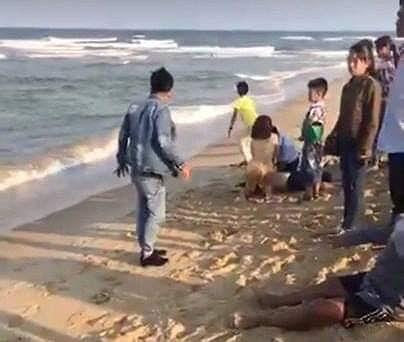 Tắm biển đầu năm, 7 học sinh bị đuối nước - 1