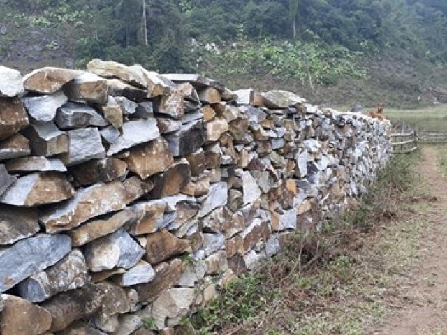 """Kỳ lạ tường rào đá """"1-0-2"""" của người Mông ở thung lũng Sài Khao"""