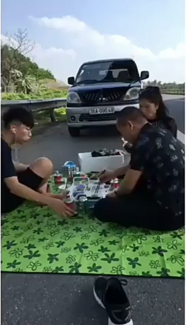 What people living on the eve eat and drink on the Noi Bai Highway - Lao Cai? - 1