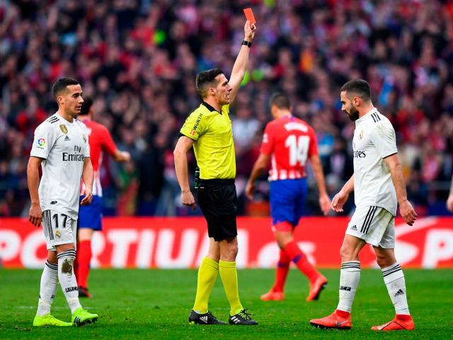 Phẫn nộ: Trọng tài và VAR tiếp tay Real hạ Atletico, gây áp lực với Barca