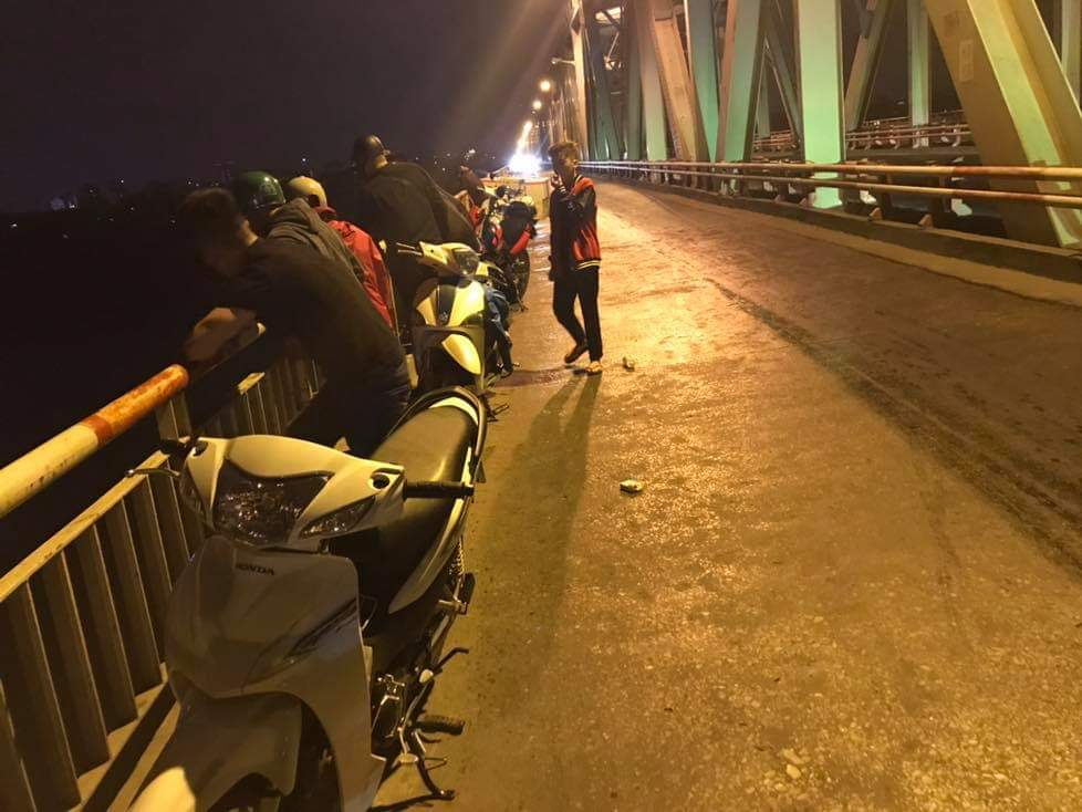 In the middle of the night, two young men danced to the Chuong Duong - 1 bridge