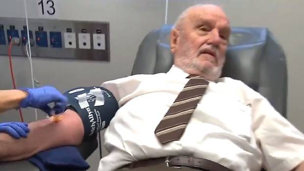 Người đàn ông dùng máu của mình cứu sống hơn 2 triệu trẻ em - 1
