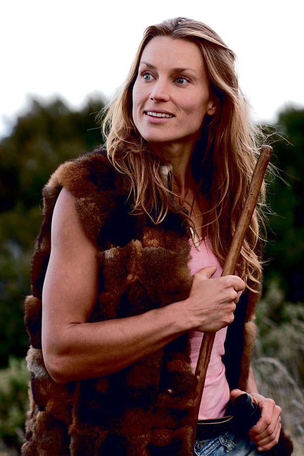 """Bỏ nghề giáo viên, người phụ nữ New Zealand vào rừng làm """"Tarzan phiên bản nữ"""" - 1"""