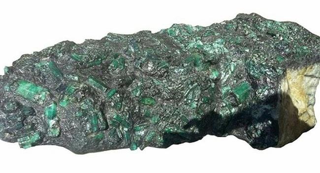 Tháng 5/2017, các thợ mỏ ở Brazil đã tìm thấy một khối đá có vẻ ngoài xấu xí nặng 320kg.