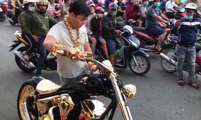 Video: Cận cảnh xe mạ vàng tiền tỷ của tay chơi khét tiếng Việt Nam - 1