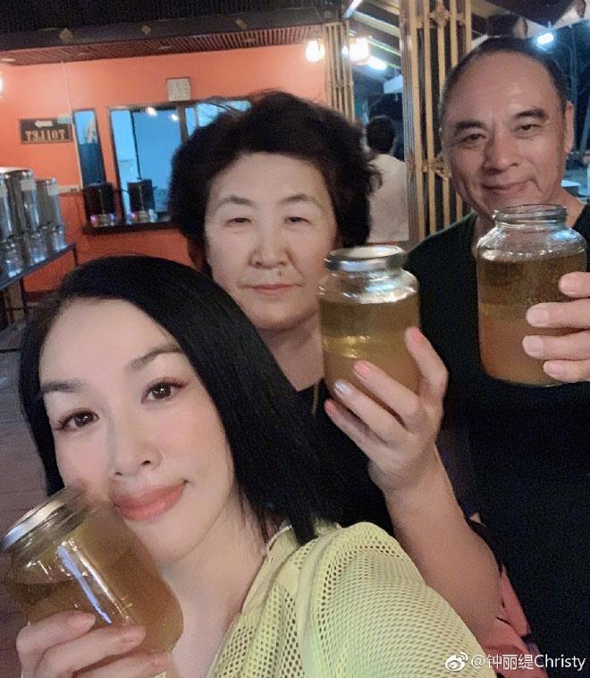Diễn viên gốc Việt thuộc top đẹp nhất thế giới bị ném đá vì uống dầu ăn thải độc - 1