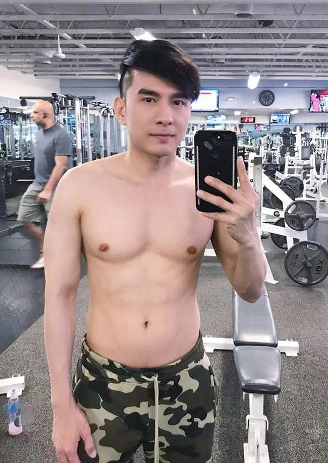 Đó là kết quả có quá trình tập gym đều đặn và ăn uống khoa học. Anh tập gym ít nhất 2 lần/1 tuần nếu quá bận rộn còn bình thường thì trung bình 4-6 ngày/ tuần.