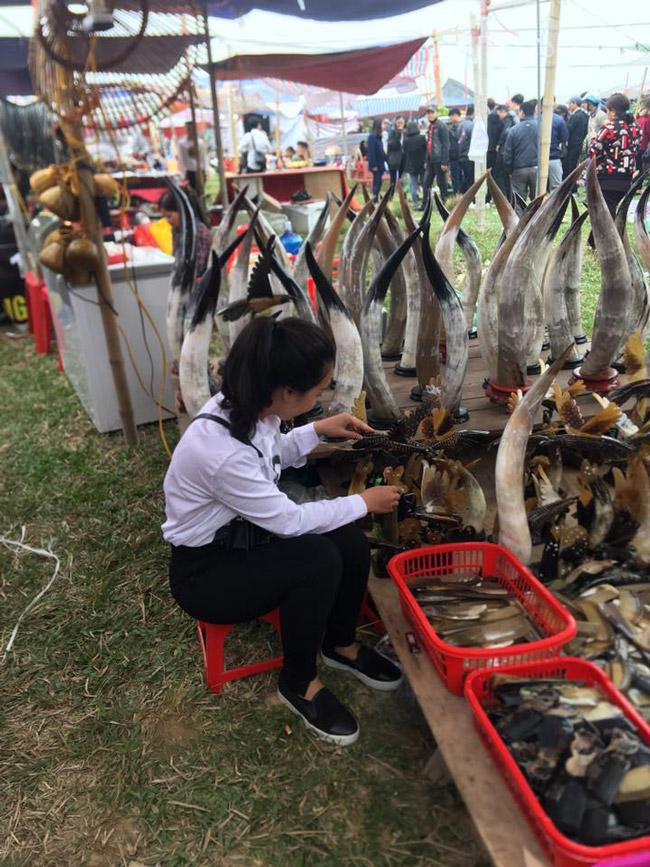 Ngay từ đầu giờ chiều mùng 7 tháng giêng Âm lịch, người dân từ các tỉnh thành đã nườm nượp kéo về chợ Viềng - Nam Định để hành hương và sắm cho mình những mặt hàng yêu thích.