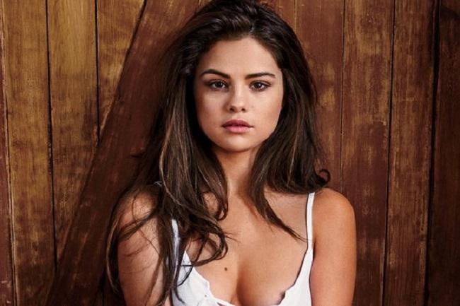 Công việc yêu cầu thường xuyên phải trang điểm nên Selena rất chú trọng công đoạn làm sạch và tẩy tế bào chết.