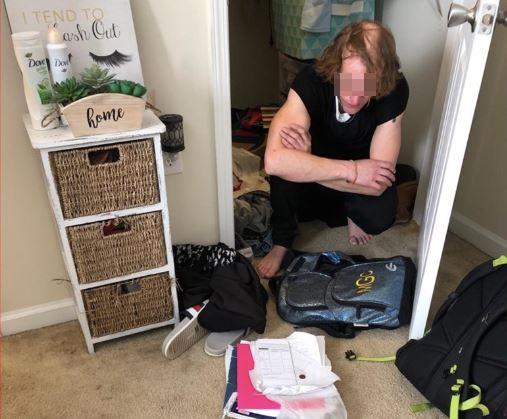 Gái trẻ sợ hãi khi tìm thấy bí mật trong tủ quần áo - 1