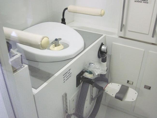 """Toilet mà """"đắt phát ngất"""", chiếc số 1 còn được dùng ở nơi không ngờ tới - 1"""
