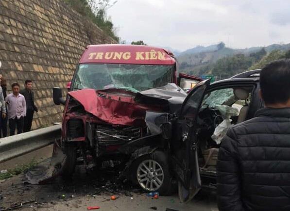 Tin mới vụ xe khách và ô tô đâm nhau kinh hoàng trên cao tốc - 1