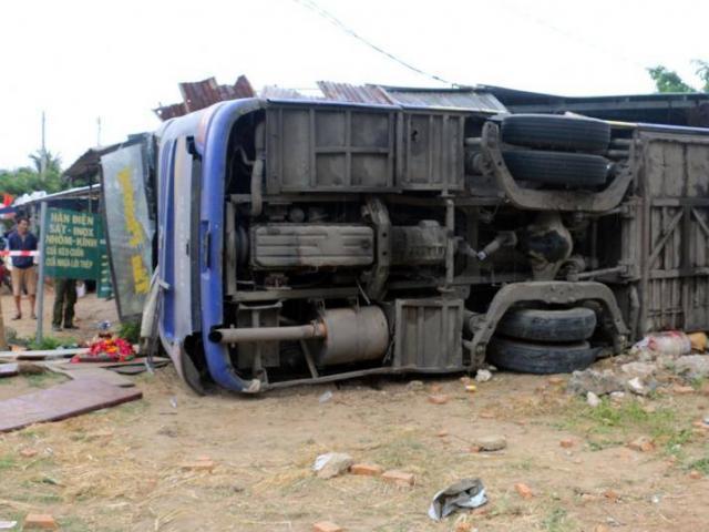 Video: Hiện trường vụ tai nạn lật xe khách tại Nha Trang