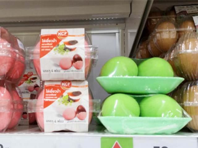 Kỳ lạ những quả trứng gà rực rỡ như cầu vồng ở siêu thị Thái Lan