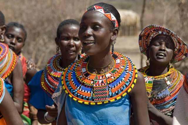 Bộ tộc kỳ lạ ở châu Phi, phụ nữ cạo trọc đầu, đàn ông xỏ khuyên tai - 1