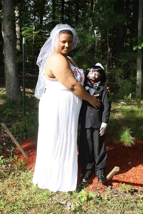 Người phụ nữ làm đám cưới với búp bê thây ma kinh dị - 1