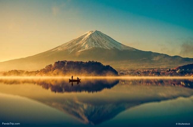 1. Núi Phú Sĩ: Ngọn núi với đỉnh phủ đầy tuyết là một trong những địa điểm du lịch hấp dẫn nhất ở Nhật Bản. Từ trung tâm thành phố Tokyo, du khách vẫn có thể nhìn thấy nó.
