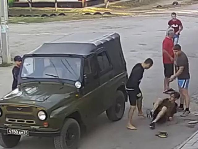 Sốc: Nhà vô địch boxing tấn công nhân viên quân sự & giá đắt phải trả