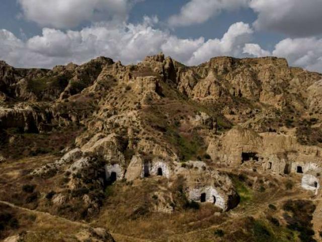 Hàng nghìn người chạy trốn xã hội về sống trong hang động cổ xưa khổng lồ