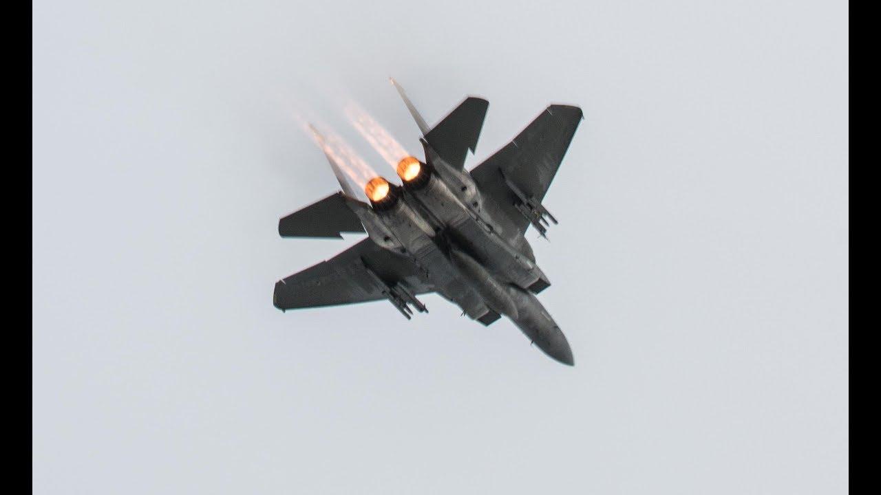 Chiến đấu cơ F-15 Mỹ bất ngờ phóng cả loạt tên lửa triệu USD xuống biển - 1