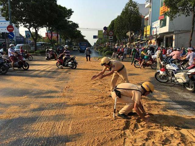 Cảnh sát giao thông TP.HCM rải cát, dọn đường cho dân đi