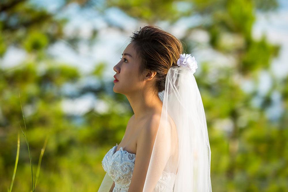 """Văn Mai Hương """"hâm nóng"""" bài hit hóa thân làm cô dâu gợi cảm u buồn - 1"""