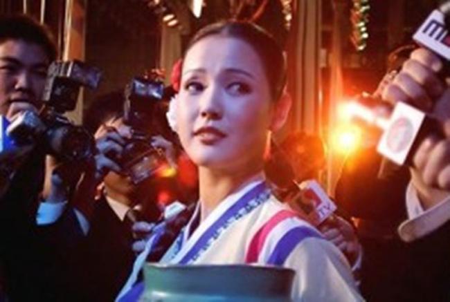 """Cho Myung Ae từng đại diện cho Triều Tiên biểu diễn ở Đại hội thống nhất dân tộc năm 2002, được tổ chức ở Hàn Quốc.Báo chí Triều Tiên ví cô như một món quốc bảo. Trong nước côgắn liền với hình ảnh một người con gái """"trong sáng, hạnh phúc, hoạt bát""""."""