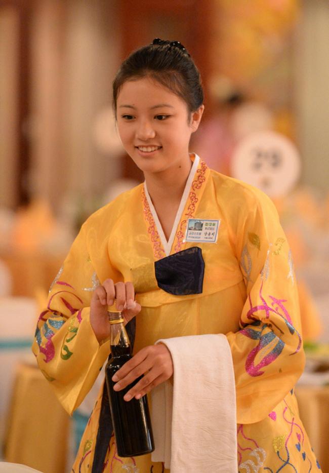 """Theo trang Koreaboo, Yang Yun Micó nụ cười rạng rỡ không thua kém những """"tượng đài"""" nhan sắc của thế hệ thần tượng mới ở Hàn Quốc."""