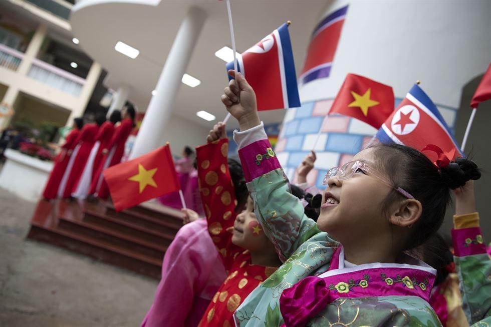 Loạt ảnh trẻ em HN chào đón hội nghị thượng đỉnh Mỹ-Triều lên báo Hàn Quốc - 1