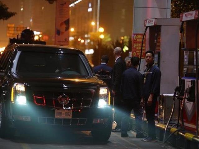 """Sau bữa tối, """"quái thú"""" đưa ông Trump về khách sạn rồi đi... đổ xăng"""