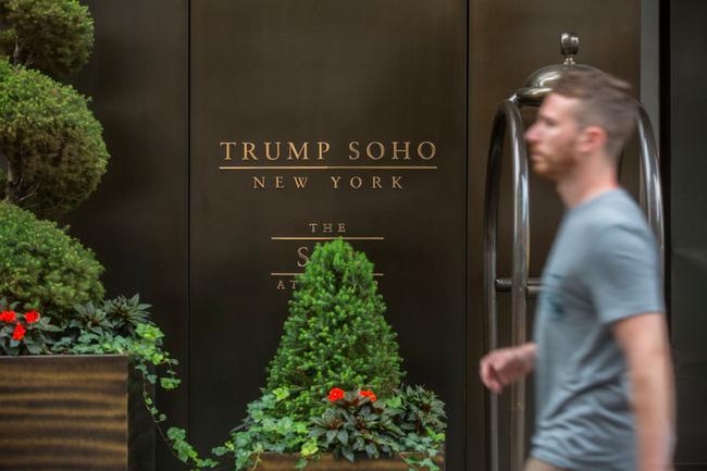 Trên trang web của mình, tập đoàn Trump liệt kê đang sở hữu 11 khách sạn, trong đó lớn nhất làKhách sạn quốc tế Trump & New York Tower tọa lạc tại quê hương của ông.