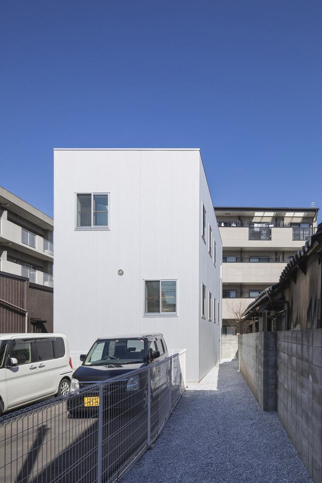 Ngôi nhà nằm tại Osaka, Nhật Bản có diện tích 50m2 là nơi ở của một gia đình gồm ba thành viên.