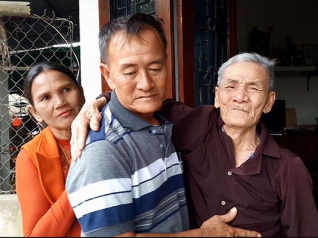 Cha già khóc nghẹn khi con trai trở về sau 26 năm nhận giấy báo tử