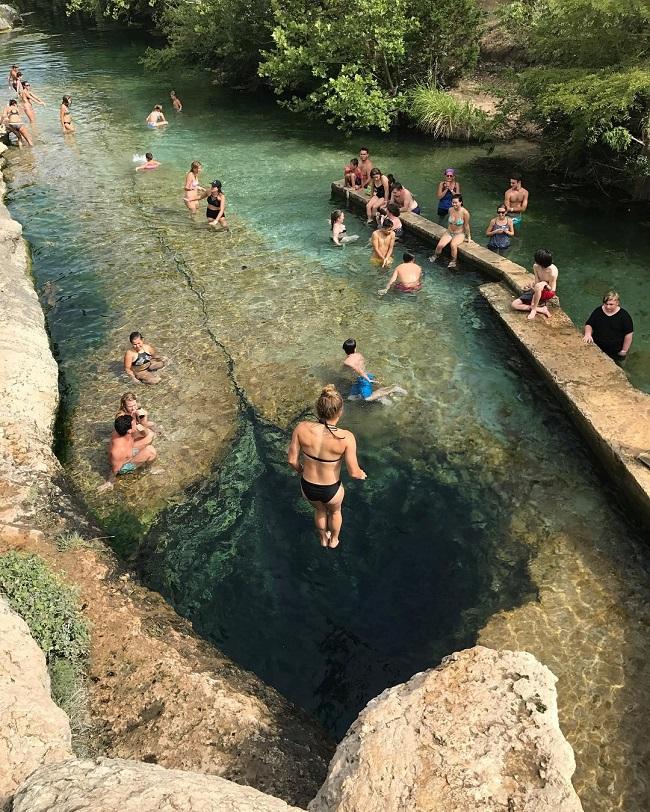 Khi nhìn tấm ảnh này, nhiều người ước rằng có thể một lần được đặt chân đến Jacob Jacob Well,Texas,Mỹ. Bên dưới mặt hồ trong suốt là một cái hố sâu không đáy, khiến cho du khách cảm thấy mình như đang lơ lửng giữa không trung.