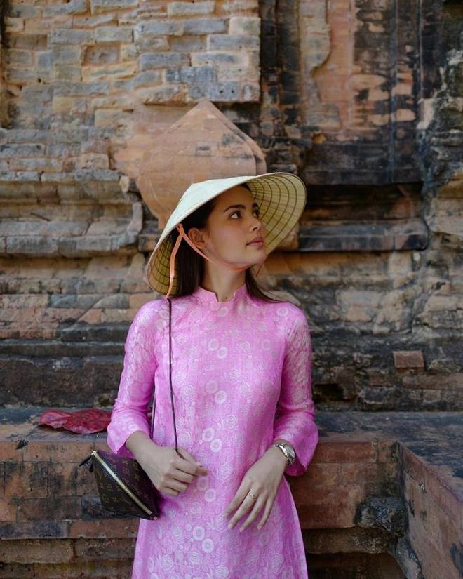 Nhan sắc nữ diễn viên xứ Chùa Vàng diện áo dài vừa du lịch ở Việt Nam - 1