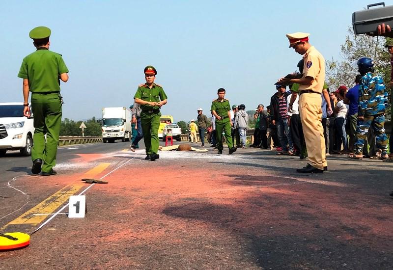 2 con khóc ngất bên thi thể người mẹ sau tai nạn ở Đà Nẵng - 1