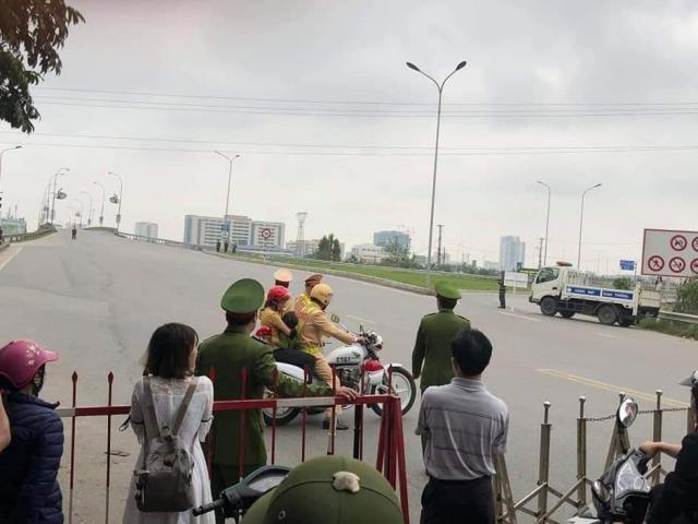 Thiếu tá CSGT dùng xe đặc chủng chở hai mẹ con đi cấp cứu