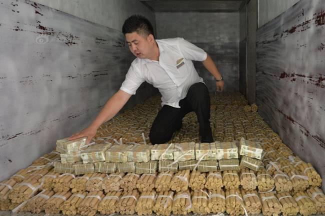 Năm 2015, một người đàn ông ở Thẩm Dương, Liêu Ninh, Trung Quốc đưa 660.000 nhân dân tệ tiền xu (~2,28 tỷ đồng) và 20.000 nhân dân tệ (~69,3 triệu đồng) tiền giấy đi mua xe.