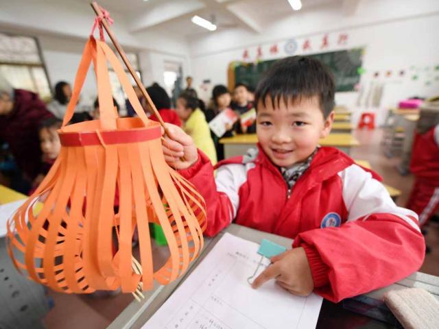 Bài tập về nhà quá khó, phụ huynh Trung Quốc bỏ hết việc để làm thay con