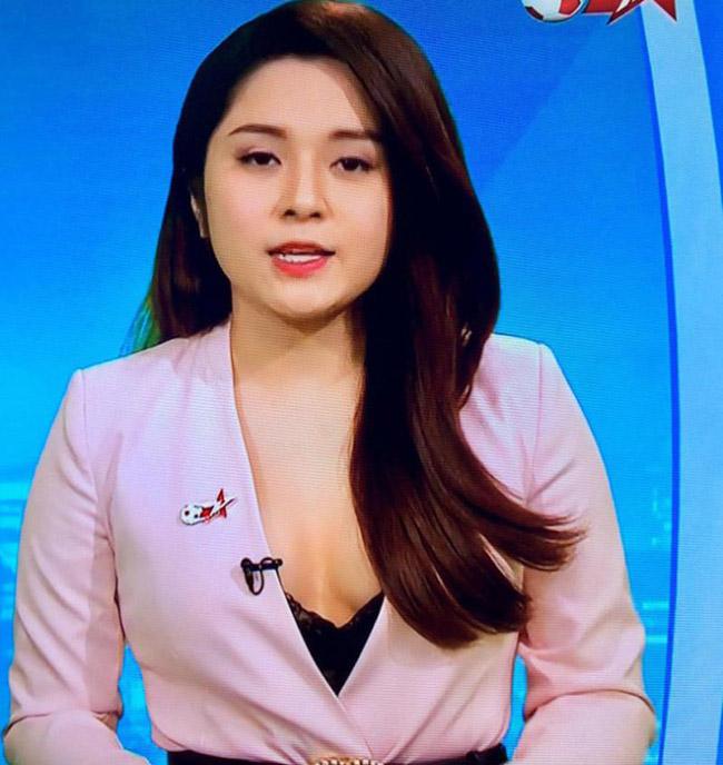 Khán giả thường nghĩ MC phải ăn mặc kín đáo, nghiêm túc với trang phục công sở khi lên sóng truyền hình. Tuy nhiên, Diệu Linh đã chọn thiết kế áo vest xẻ cổ chữ V nhưng khá sâu, để lộ nội y.