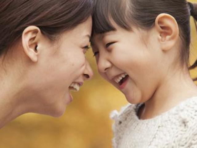 Muốn con phát triển lành mạnh, cha mẹ cần làm gương những điều này từ sớm