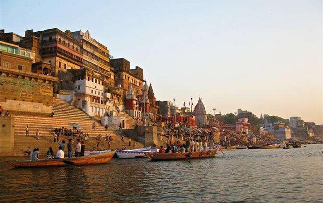Banara, Uttar Pradesh: Một cuộc hành trình tâm linh qua những con kênh xinh đẹp, quyến rũ bạn với nhiều lời cầu nguyện.Thuyền đi dọc theo bờ sông yên tĩnh trong khi du khách thả hồn ngắm cảnh quan xung quanh.