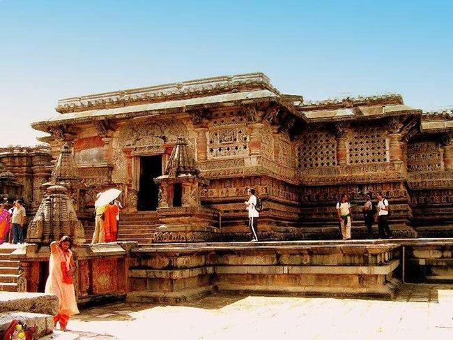 Halebid, Karnataka: Kiến trúc Hoysala khiến Halebid trở thành một thành phố nổi tiếng. Các ngôi đền và các mảnh kiến trúc nổi bật không ở nơi đâu có.