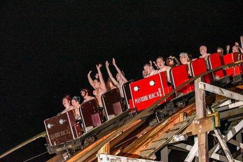 195 người khỏa thân đi tàu lượn cao tốc trong thời tiết 10 độ C - 1