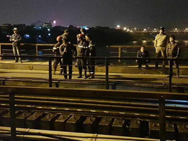 Đi bộ trên đường ray cầu Long Biên, bị tàu hỏa đâm văng xuống sông Hồng
