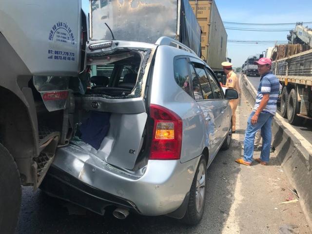 4 ô tô dính chặt sau tai nạn liên hoàn, hai người bị thương