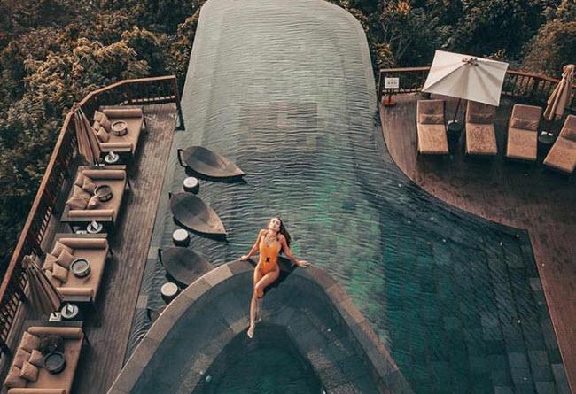 Bể bơi của khu nghỉ dưỡng là một trong những địa điểm chụp ảnh đẹp nhất. Thêm nữa, rừng nhiệt đới xung quanh và thời tiết mát mẻ khiến nơi đây là thiên đường thiên nhiên đích thực.