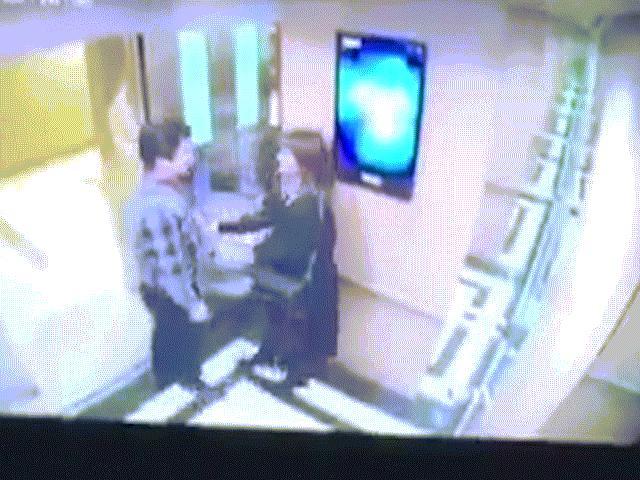 Clip cô gái trẻ bị người đàn ông sàm sỡ ngay trong thang máy