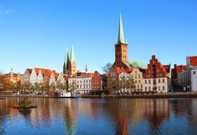 Hamburg có tổng cộng 2.500 cây cầu bắc qua các con kênh chạy khắp thành phố. Phần lớn du khách tới đây lựa chọn đi thuyền trên kênh để thưởng ngoạn phong cảnh.